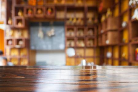 빈 나무 테이블과 흐리게 카페 배경, 제품 표시
