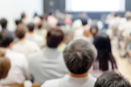 ビジネス会議やプレゼンテーションの背景をぼかし。会議室での観客