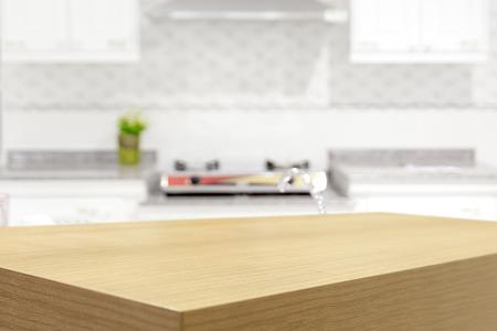 Leere Holztisch und verschwommenes Küche Hintergrund, Produkt-Display-Montage Standard-Bild - 42663852