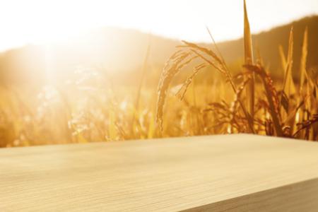 cereal: Mesa de madera vacía con el fondo del campo de trigo, exposición de productos de montaje