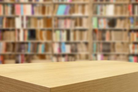 onderwijs: Lege houten tafel en moderne bibliotheek achtergrond, product-display montage Stockfoto