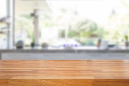 Leere Holztisch und verschwommenes Küche Hintergrund, Produkt-Montage-Display Standard-Bild - 43686894