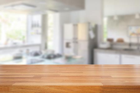case moderne: Empty tavolo di legno e sfocata cucina sfondo, esposizione montage prodotto