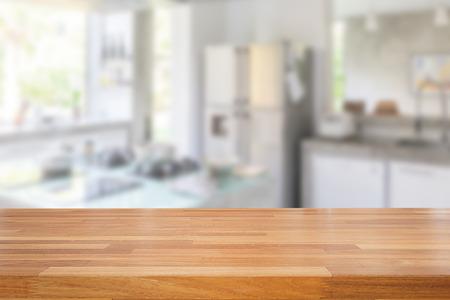 Lege houten tafel en wazig keuken achtergrond, product montage-display