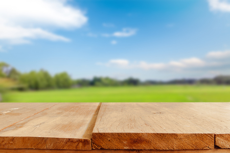 himmel hintergrund: Empty table and field of grass and perfect sky background,  product display montage