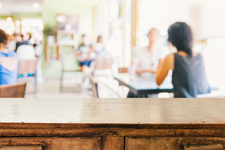 空の木製テーブルとカフェ背景にぼやけている人々、製品表示モンタージュ 写真素材