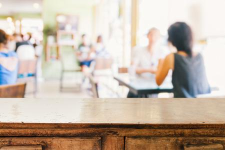 빈 나무 테이블과 카페 배경을 흐리게 사람들, 제품 디스플레이 몽타주 스톡 콘텐츠