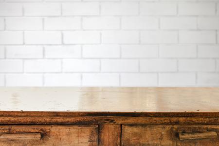 빈 테이블과 흰색 벽돌 벽 배경, 제품 디스플레이 몽타주