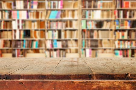 library: Mesa de madera vac�a y moderno fondo de biblioteca, pantalla de montaje de productos