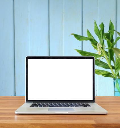 푸른 벽과 꽃 배경, 빈 화면에 테이블에 노트북,