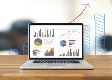 나무 테이블 보여주는 차트와 그래프, 분석 비즈니스 회계, 통계 개념에 노트북입니다. 스톡 콘텐츠