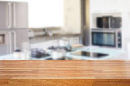 빈 나무 테이블 및 흐리게 부엌 배경, 제품 몽타주 디스플레이