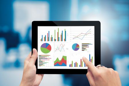 근접 촬영 손을 들고 디지털 태블릿 그래프, 계획, 비즈니스 성공 분석 분석 스톡 콘텐츠