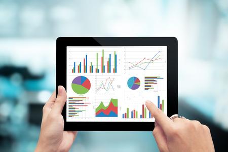 estadistica: Mano que sostiene Primer show de la tableta gráfica de análisis digital, cepillado, el éxito empresarial