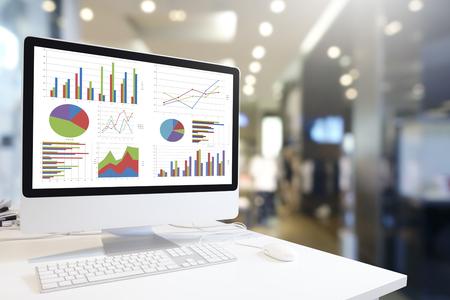 차트 및 그래프 블루 톤, 분석 비즈니스, 통계 개념에에서 office 배경 그래프를 보여주는 테이블에 마우스와 함께 현대 컴퓨터.
