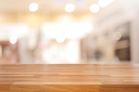 Prázdný dřevěný stůl a interiér pozadí, zobrazení výrobku, rozmazané obchod s bokeh