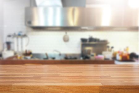 빈 나무 테이블과 흐리게 부엌 배경, 제품 몽타주 표시