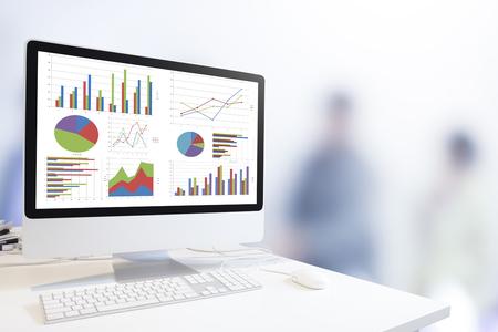 Moderne computer met toetsenbord en muis op de tabel met grafieken en grafiek tegen wazig mensen zakelijke achtergrond, Analysis Business, Statistics Concept.