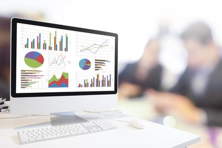 moderno del ordenador con teclado y ratón en la mesa mostrando los cuadros y gráficos contra el fondo borroso gente de negocios, análisis de negocios, Concepto de Estadística.