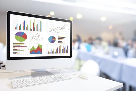 ordinateur moderne avec clavier et souris sur la table montrant graphiques et des graphiques contre floue gens d'affaires fond, Business Analysis, Statistique Concept.