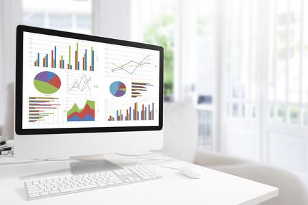 차트 및 그래프 블루 톤, 분석 비즈니스, 통계 개념에서에서 편안한 방 및 베개 배경에 대해 그래프를 보여주는 테이블에 마우스와 현대 컴퓨터.