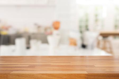 Lege houten tafel en witte moderne keuken cafe achtergrond, rasturant. Klaar voor product montage