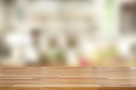 Mesa de madera vacía y sobre fondo borroso abstracto de cafetería con estante y ventana, exhibición del producto, listo para el montaje del producto
