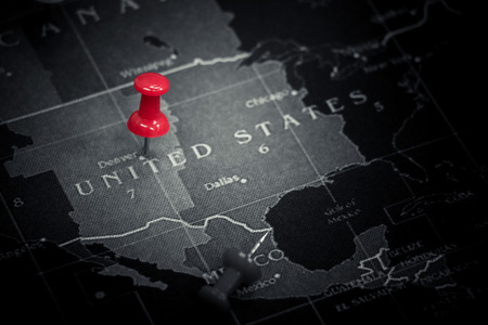 Red push pin on United States of America map Stok Fotoğraf - 95403450