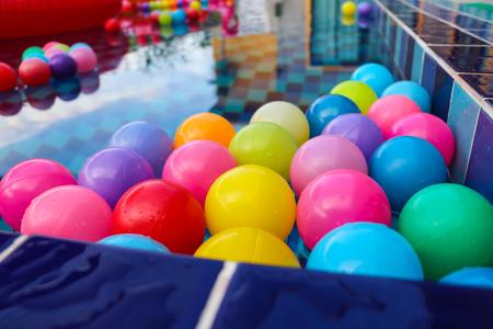 967deb8b9 Foto de archivo - Muchas bolas de plástico de colores flotando en la  superficie del agua en la piscina