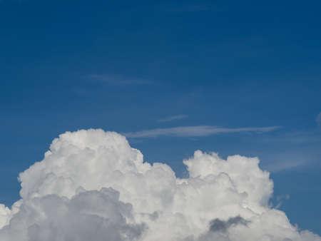 atmosfera: Parte de la nube de algod�n en la atm�sfera azul.
