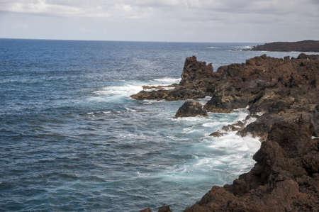 stark: Brutst�tten von Lanzarote, wo das Wasser trifft die Felsen stark