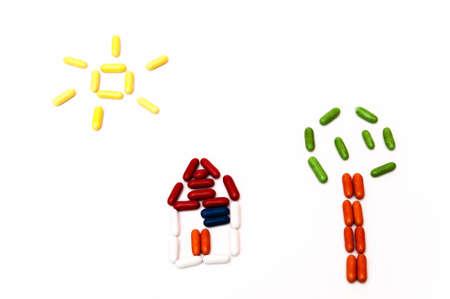 casita de dulces: �rbol, caramelo casa y el sol sobre un fondo blanco