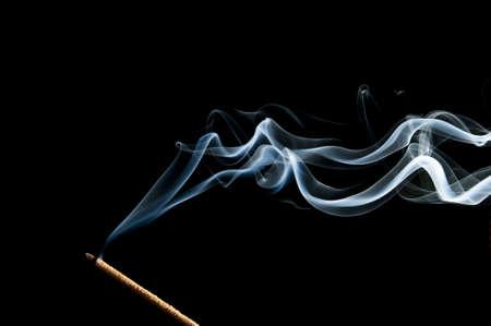 incienso: vela olor a humo sobre un fondo negro