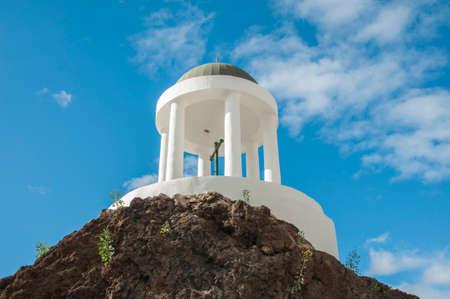 where to go: white colored dome where you go to pray