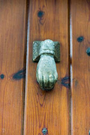 doorhandle: door to stretch and open ring