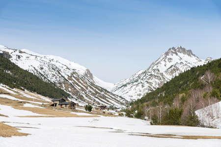 montañas nevadas: montañas cubiertas de nieve en Andorra la Vella