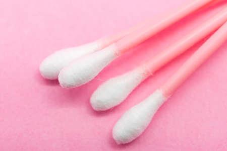 utiles de aseo personal: oídos los palillos en un fondo de color rosa