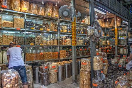 medicina tradicional china: Tienda tradicional de la medicina china - tienda de la medicina china tradicional, con sus ingredientes coloridos y de gran alcance