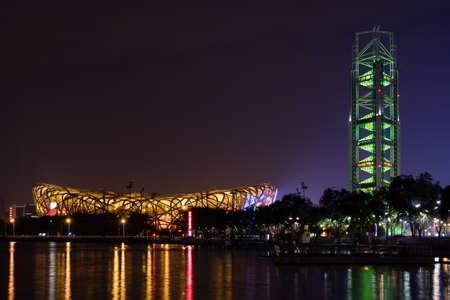 piscina olimpica: torre estadio nido de pájaro y la radiodifusión en la Villa Olímpica de Beijing Editorial