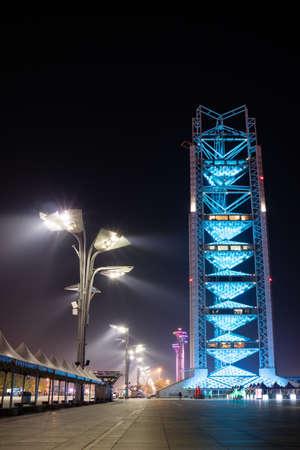 piscina olimpica: Torre olímpica de Beijing y la torre de radiodifusión en la Villa Olímpica de Beijing