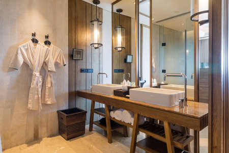 luxury bedroom: Luxury ensuite 5 star bathroom in bedroom