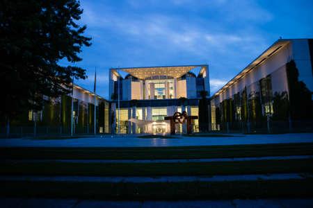 ドイツ総統官邸 夜にドイツ連邦首相府庁