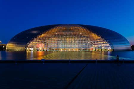 Beijing Nationaal Centrum voor de Uitvoerende Kunsten, na zonsondergang in de vroege nacht, China