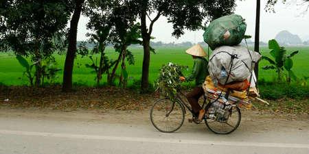 자전거를 타는 아시아 거리 판매 인
