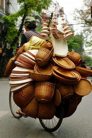 자전거에 바구니를 파는 아시아 거리 판매자