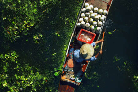 Seller on boat, floating market, Thailand Reklamní fotografie - 87550752