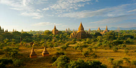 View of buddhist temple, stupa, in the historical park of Bagan, Myanmar 版權商用圖片