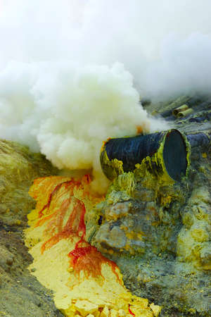 SMOKE OF SULFUR ON KAWAH IJEN VOLCANO IN JAVA ISLAND-INDONESIA Imagens