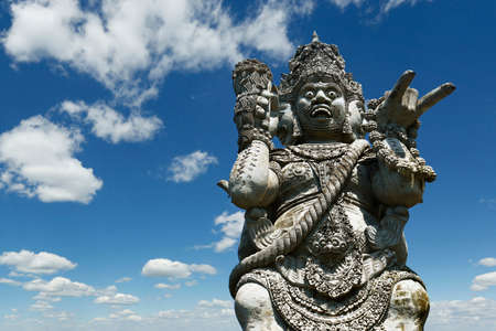 Estatua de piedra tallada de Barong en templo hindú en Bali-Indonesia Foto de archivo