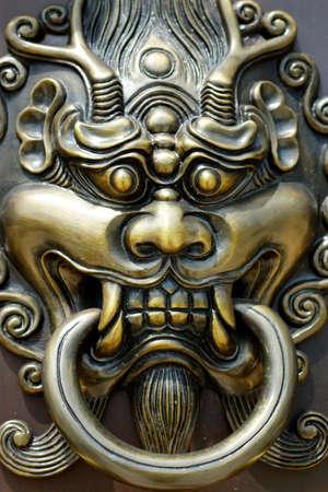 detail of door handle with lion design in buddhist chinese temple door Stock fotó - 158394457